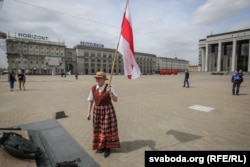Bahinskaya brandishes Belarus's illegal flag in Minsk in 2016