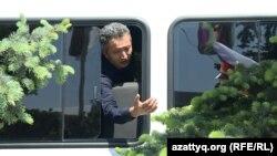 Репортер Азаттыка Нуртай Лаханулы, которого задержали без объяснения причин, разговаривает с офицером полиции. Алматы, 7 мая 2016 года.