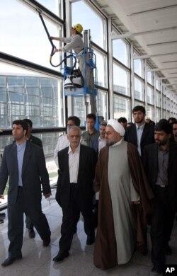 حسن روحانی در کنار محمد رحمتی، وزیر وقت راه و ترابری، به هنگام بازگشایی فرودگاه امام در اردیبهشت ۸۴