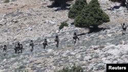 Pjesëtarë të grupit Hezbollah në rajonin malor Kalamoun në kufirin ndërmjet Libanit dhe Sirisë
