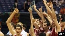 ايران پس از ۵۰ سال به رقابت های بسکتبال المپيک ۲۰۰۸ پکن راه يافته است. (عکس: AFP)