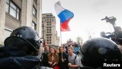 Полиция блокирует оппозиционное шествие, архивное фото