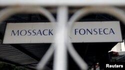 """Панамадағы """"Mossac Fonseca"""" жазуы жазылған тақтайша."""