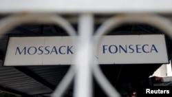 Панамадағы Mossack Fonseca заң фирмасының атауы жазылған тақтайша.