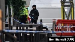 Вооруженный полицейский возле Лондонского моста после сообщений о стрельбе. Лондон, 29 ноября 2019 года