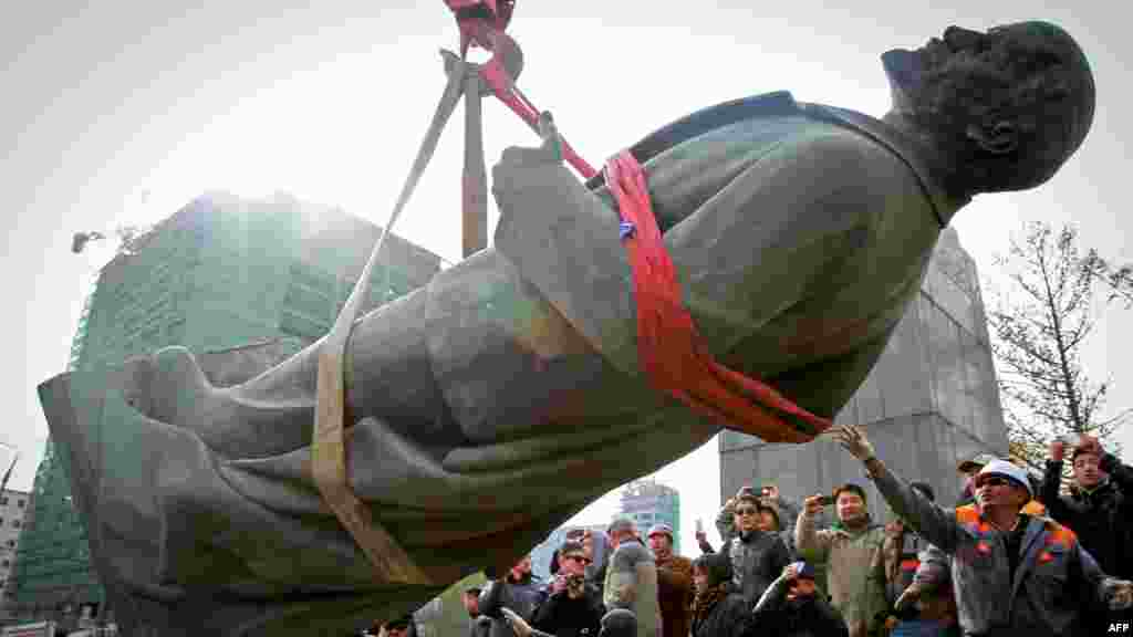 The last bronze statue of Vladimir Lenin in Mongolia is taken down in the capital, Ulan-Bator, on October 14. (AFP/Byambasuren Byamba-Ochir)