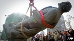 Leninin heykəli götürülür, 14 oktyabr 2012