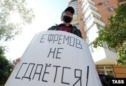 Человек из группы поддержки актера возле Пресненского суда в Москве, 21 августа 2020 года. Фото: ТАСС