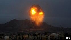 Вибух унаслідок удару по складах боєприпасів біля Сани, фото 11 травня 2015 року