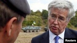 Министр обороны Великобритании Майкл Фаллон беседует с британским инструктором на стрельбище под Житомиром