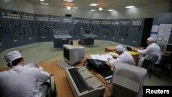 Робітники усередині центральної диспетчерської кімнати у Запорізькій АЕС. Енергодар, 9 квітня 2013 року