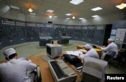 Працівники у кімнаті управління Запорізької АЕС. Квітень 2013 року