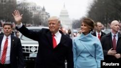 АКШ президенты Дональд Трамп хатыны Мелания белән инаугурация парадында