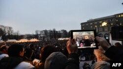 Bepe Grilo na ekranu u toku protesta pokreta Pet zvezda u Bergamu, ilustrativna fotografija