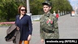 Символом Победы в Беларуси стала красно-зеленая лента с цветком яблони.