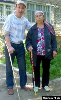 Талап Рамазанов, инвалид I группы с матерью Каирманат Рамазановой. Фото из семейного архива.
