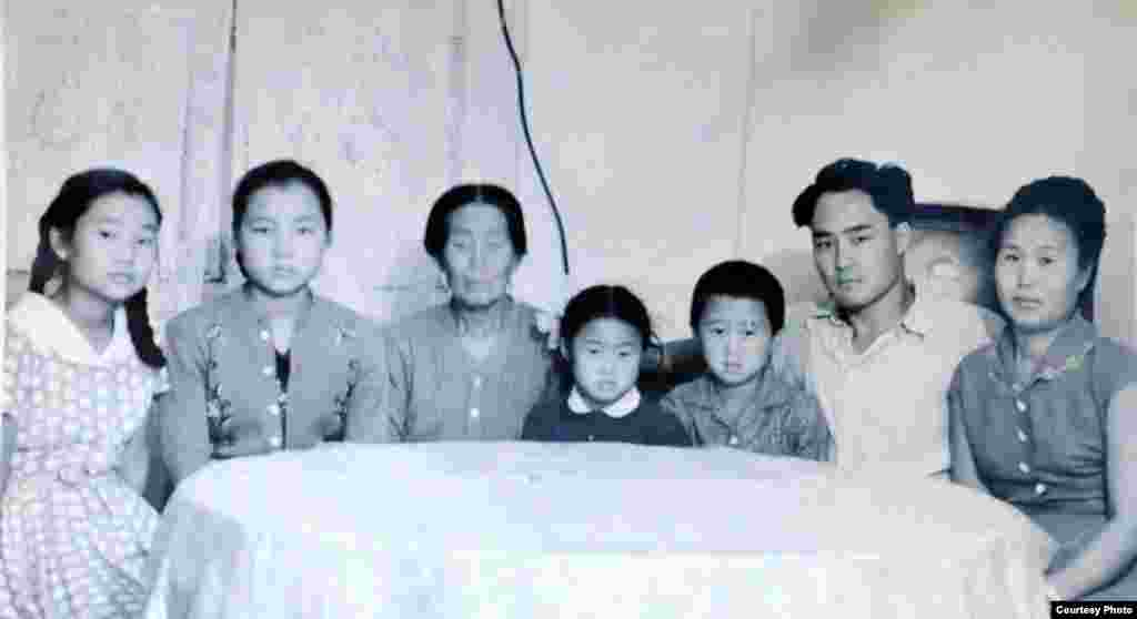 (a treia din stânga) Elena Țoi, bunica Lidiei Tanasescu, în vizită la rude și nepoți. Almatî, Kazahstan, 1964
