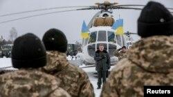 Президент України Петро Порошенко під час візиту до Яворівського полігону. Грудень 2014 року. Ілюстраційне фото