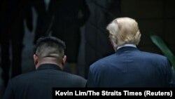 Singapor - Presidenti i SHBA-së duke ecur me liderin verikorean , Kim Jong Un