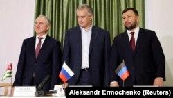 Денис Пушилин (справа), глава Крыма Сергей Аксенов (в центре) и Валерий Бганба. Донецк, 20 ноября 2018 г.