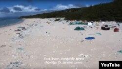 نمایی از جزیره هندرسون که تخمین زده میشود بیش از ۱۷ تن زباله در آن انباشته شده است.