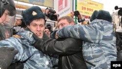 Постоянный участник акций «несогласных» Никита Белых (на фото в центре) на этот раз вряд ли присоединился бы к протестующим: власть сделала ему предложение, от которого он не смог отказаться