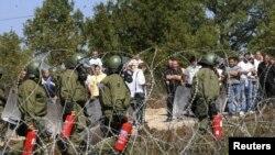 Сербия мен Косово арасындағы Ярине шекара бекетін күзеткен НАТО құрамындағы Германия сарбаздары өрт сөндіретін құралмен тұр. 27 қыркүйек 2011 ж.
