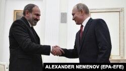 Никол Пашинян (слева) и Владимир Путин на встрече в Кремле, 27 декабря 2018 г.