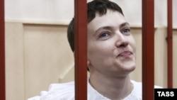 Надія Савченко під час засідання суду в Москві, 17 квітня 2015 року