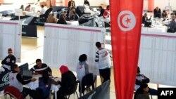 Подсчет голосов во время первого тура президентских выборов в Тунисе, 24 ноября 2014 года.