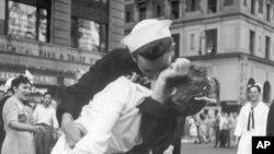 Фрагмент фотографии «Поцелуй на Таймс-сквер».