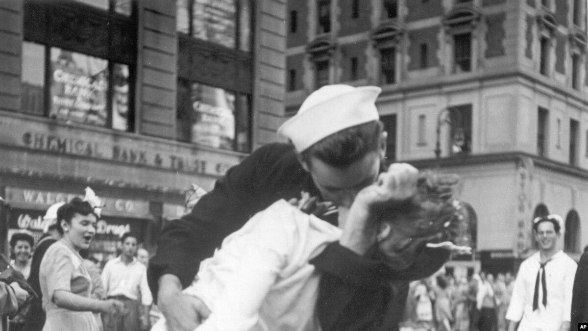 В США умер моряк с фотографии «Поцелуй на Таймс-Сквер»