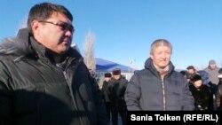 Руководитель компании «МунайФилдСервис» Ибрагим Жылкайдаров (справа) на акции протеста рабочих. Жанаозен, 4 февраля 2014 года.