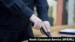Пистолет в руках мужчины. Иллюстративное фото.
