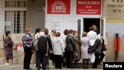 Женщины в очереди у магазина в Минске, в котором продают яйца и мясо птицы. Иллюстративное фото.