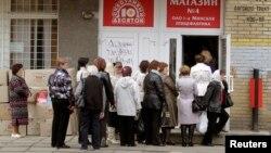 Очередь в магазин в Минске. 29 апреля 2013 года. Иллюстративное фото.