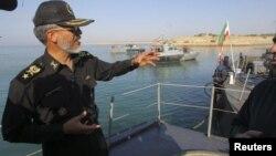 Dekabrın 28-də İran ordusunun hərbi dəniz qüvvələrinin komandanı Habibolah Sayyari Hörmüz boğazında hərbi təlim zamanı jurnalistlərlə danışır. speaks with media during the Velayat-90 war game on Sea of Oman near the Strait of Hormuz, 28Dec2011