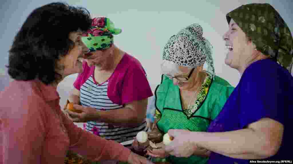 Женщины готовят к празднику. Процесс приготовления начинается ранним утром и может занять весь день