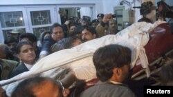 Исламабад, 4 января: тело убитого губернатора Пенджаба Салама Тасира выносят из больницы