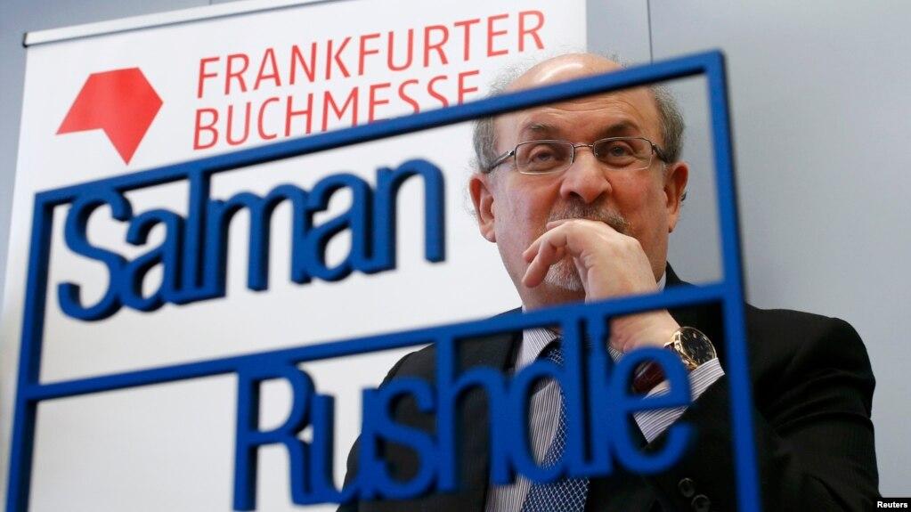 سلمان رشدی هنگام سخنرانی در نمایشگاه کتاب فرانکفورت در اکتبر ۲۰۱۵