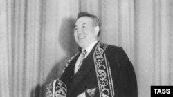 Новоизбранный президент Нурсултан Назарбаев во время принятия присяги в 1991 году.