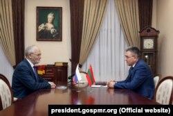 Ambasadorul rus Farit Muhametșin și liderul separatist Vadim Krasnoselski la o întîlnire la Tiraspol în ianuarie 2018