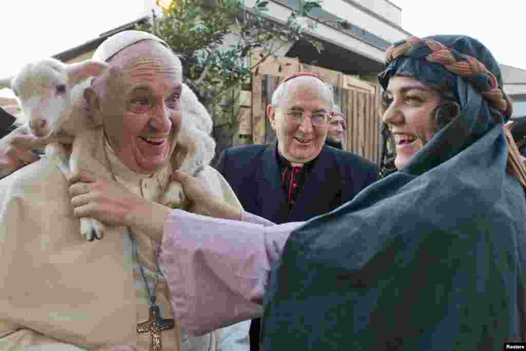 Папа римский у рождественского вертепа