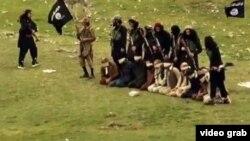 ارشیف، داعش وسله وال په ننګرهار کې د ځينو ځایي اوسېدونکي په بمونو د الوځولو په حال کې