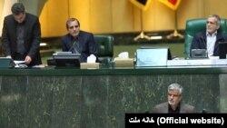محمود صادقی، نماینده در مظان بازداشت، در حال ایراد نطق خود در مجلس