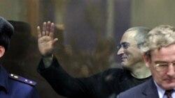 Михаил Ходорковский сот үкімін естіп тұр. Мәскеу, 30 желтоқсан 2010 жыл. (Көрнекі сурет)
