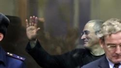 """Экс-глава компании """"ЮКОС"""" Михаил Ходорковский на скамье подсудимых. Москва, 30 декабря 2010 года."""
