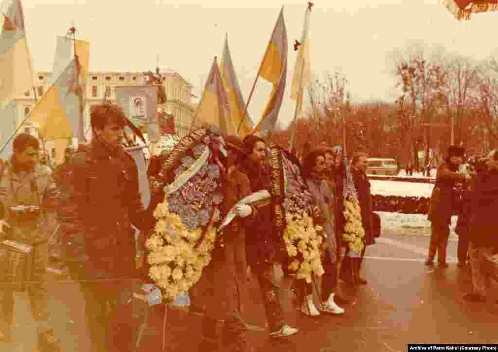 Далі труни перемістили до пам'ятника Шевченку. А звідти вже несли на руках до Байкового кладовища. Уздовж Володимирської вулиці стояли люди зі свічками. За спогадами очевидців, на вулиці Києва тоді вийшло близько 30 тисяч людей