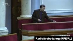 Депутат від БПП Олександр Бакуменко розставляє чужі картки