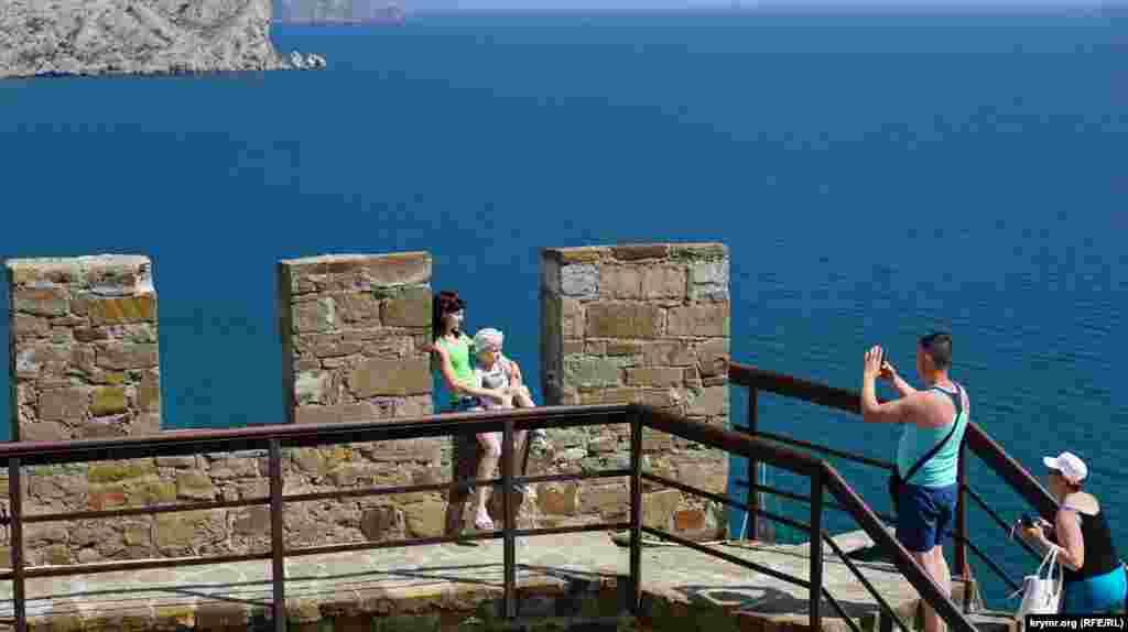 Mazğallardan Suvdağ limanınıñ güzel bir manzarası açıla